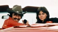 """Ein Bandit am Steuer: Burt Reynolds 1977 mit Sally Field in """"Ein ausgekochtes Schlitzohr"""""""