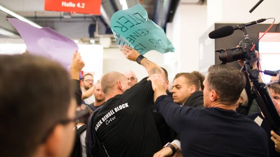 Solche Szenen soll es nicht wieder geben: Handgemenge bei einer Lesung des thüringischen AfD-Landeschefs Höcke auf der Buchmesse 2017