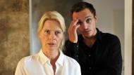 In vollendeter Fräuleinrottenmeierhaftigkeit: Corinna Kirchhoff als Schulleiterin Dr. Strasser, hier an der Seite des Hausmeisters (Franz Rogowski)