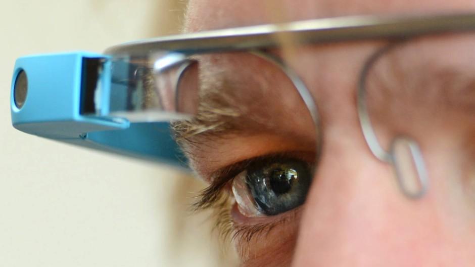 Auch eine Art Google-Brille: Nach dem jüngst gefällten Urteil droht die Google-Suchmaschine zum Nadelöhr des weltweiten Buchmarkts zu werden.