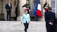 Angela Merkel vor dem Elysee-Palast