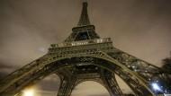 Auch am Eiffelturm wurde auf die übliche Festbeleuchtung verzichtet.