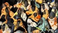 Flüchtlinge bei der Ankunft im Hafen von Lampedusa