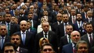 Schulterschluss: Recep Tayyip Erdogan bei einem Parteitag in Ankara