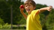 Schon ein Ball kann Schüler unter Stress setzen. Eine Handgranatenattrappe erleichtert das Training nicht.