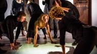 """Die Kunst des Verhörs im Maschinenraum der Macht: """"Pussy Riot""""-Mitglied Maria Alechina kniet in """"Burning Doors"""" vor dunklen Schergen des Gewaltsystems."""