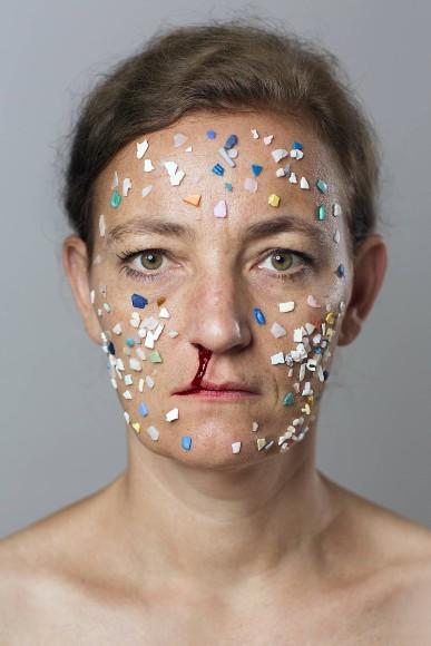 """Plastikmüll macht nicht glücklich: Swaantje Güntzels Selbstporträt """"Microplastics II"""" mit Gesichtsapplikationen aus gesammeltem Abfall."""