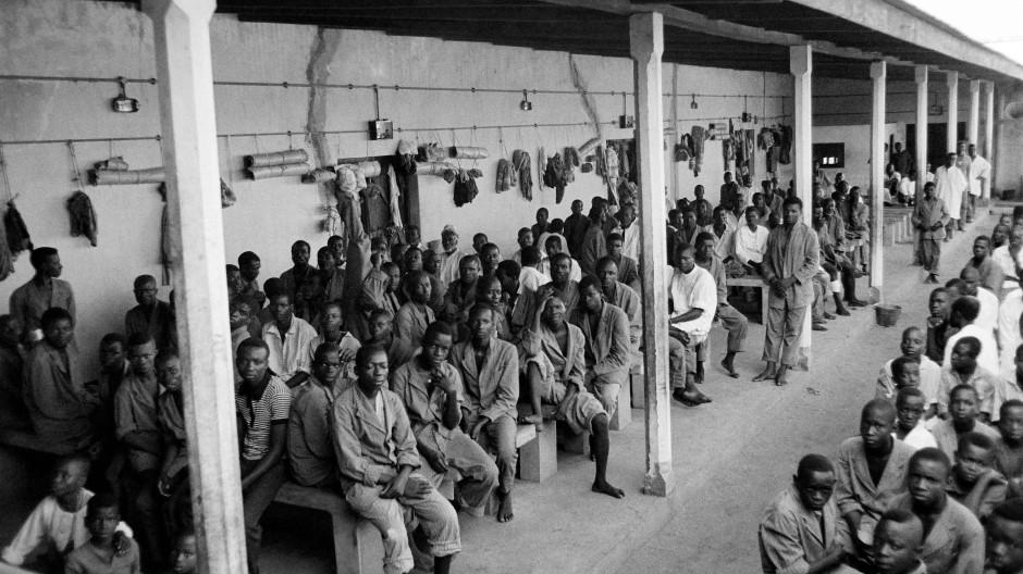 Wenn Todesfabriken nicht gefunden werden, scheinen Lager plötzlich normal: Diese Gefangenen des Bürgerkriegs in Nigeria, Soldaten und Zivilisten aus Biafra, wurden im November 1967 in einem umgewandelten Kino in Enugu festgehalten.