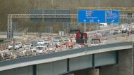 Langsam geht es vorwärts: Die Brücke zwischen Mainz und Wiesbaden ist wieder befahrbar.