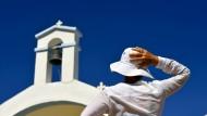 Touristin vor einer kleinen Kirche im Süden Kretas