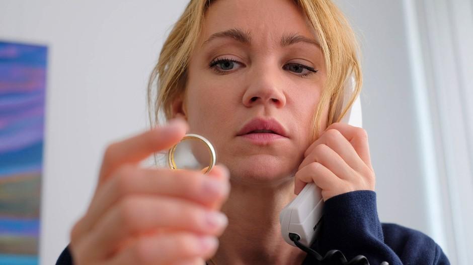 Wer ist der neue Mann an ihrer Seite? Nina (Lisa Maria Potthoff) wird skeptisch.