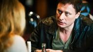 """Der Unbeugsame: Mikael Blomkvist (Michael Nyqvist) im Gespräch mit seiner Kollegin Erika Berger (Szene aus """"Vergebung"""")"""