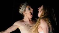 Inga Busch (l.) als Brünhild und Kathleen Morgeneyer als Kriemhild bei einer Probe