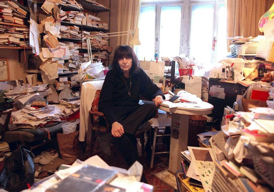 Soll man jetzt etwa den ganzen Tag in seinem eigenen Selbstporträt sitzen? Friederike Mayröcker in ihrer legendär vollgeräumten Wohnung in Wien.