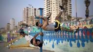 Jugendliche trainieren in Palästina: Überraschend handlungsstark geht es auch in Gstreins neuem Roman zu.