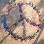 """""""Wir brauchen Frieden um jeden Preis"""": Mit ihren Körpern formen die jugendlichen Ausgräber von Tel Azekah das Peace-Zeichen."""