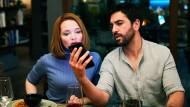 Endlich kommt hier mal alles auf den Tisch: Carlotta (Karoline Herfurth) und Leo (Elyas M'Barek) erleben einen unvergesslichen Abend bei Freunden.