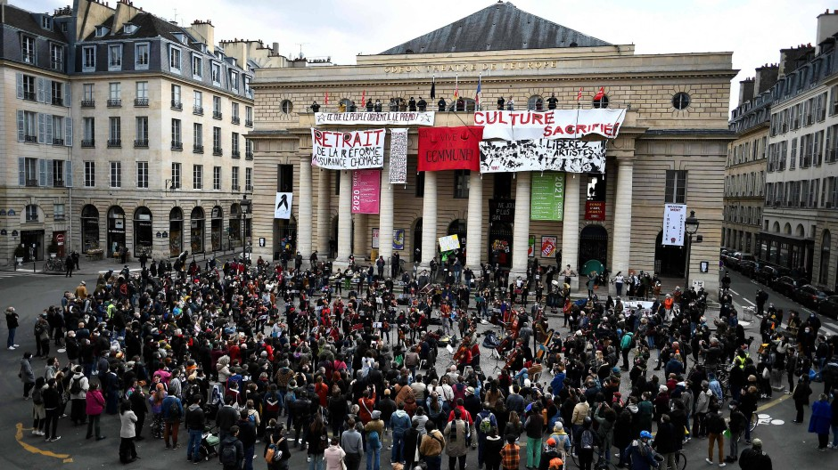 Protestkonzert vor dem Pariser Odéon-Theater am 27. März 2021. Inzwischen ist das Theater gewaltsam besetzt worden.