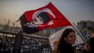 Atatürks Ideale statt Erdogans Allmachtsphantasien: Neinsagerin am Freitag auf der Galata-Brücke in Istanbul