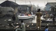 """Der Bremer Fotograf Jesco Denzel gewann in der Kategorie """"Contemporary Issues"""". """"Lagos Waterfronts in Gefahr"""" zeigt Bootstouristen, die von der Marina in Lagos zu den Kanälen des alten Fischerdorfs Makoko gebracht werden."""