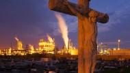 Sieht so Heimatliebe aus? Der Friedhof Heiliger Rosenkranz in Baton Rouge (Louisiana), im Hintergrund die Bauten des wichtigsten Arbeitgebers, der Ölindustrie.