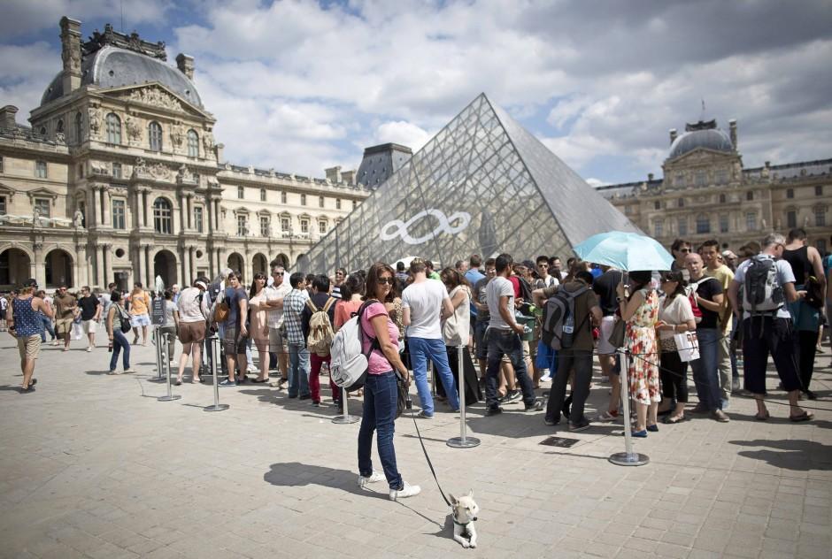 """Barbara Wenzel: """"Säkulare Gesellschaftsordnung und moderne Öffentlichkeit gehören zusammen und werden nicht zuletzt von der Institution des Museums verkörpert."""" Abgebildet der bekannte Platz vor dem Pariser Louvre."""