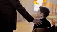 Rückblende: Der kleine Alexandre (Davan Collin) wird von einem Priester mit in die Sakristei genommen und dort belästigt.