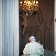 Abschied von Papst Benedikt XVI: Der emeritierte Pontifex trägt aus praktischen Gründen immer noch Weiß.