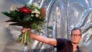 Ein Mann, ein Strauß: Tex Rubinowitz wird mit dem Bachmannpreis ausgezeichnet