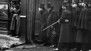 Winston Churchill (Mitte mit Zylinder), Belagerung der Sidney Street, London 1911