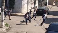 Schüler flüchten am 6. Mai vor einer Schießerei zwischen der Polizei und verdächtigen Drogenhändlern