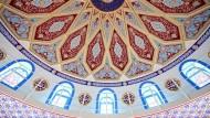 Innenansicht der Ditib-Merkez-Moschee in Duisburg-Marxloh, der größten Moschee in Deutschland.