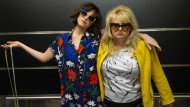 "Dakota Johnson und Rebel Wilson nach einer langen Partynacht in ""How To Be Single"""