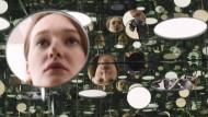 """Kunstwerke sehen dich an: """"Mirror and glass"""" von Yayoi Kusama hängt im spektakulären Neubau der Tate."""