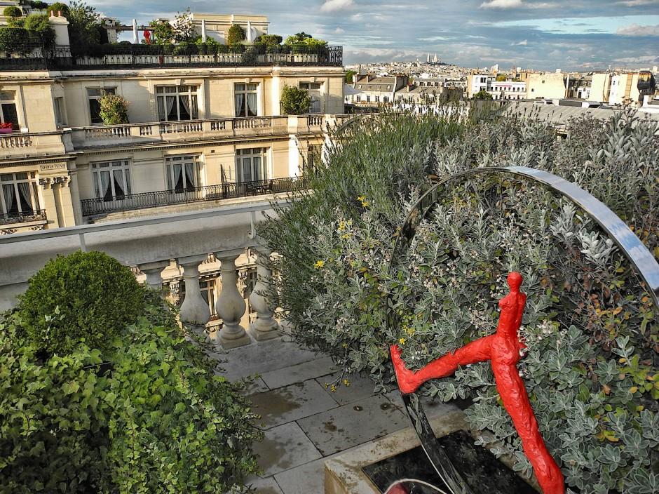 Privatgarten mit Blick auf die Basilika Sacré-Cœur de Montmartre von der Dachterrasse des Hotels Peninsula.