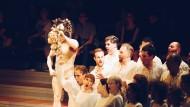 Der Monteverdi Choir (links) jubelt: Benvenuto Cellini hat die Statue des Perseus (Duncan Meadows, links) vollendet.
