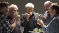 Anstoßen mit Espresso in Pappbechern: Kriminalkommissar Kalli Hammermann (Ferdinand Hofer), die Krimimalhauptkommissare Ivo Batic (Miroslav Nemec) und Franz Leitmayr (Udo Wachtveitl), der Gerichtsmediziner Dr. Matthias Steinbrecher (Robert Joseph Bartl) und der Kriminalkommissar Ritschy Semmler (Stefan Betz)