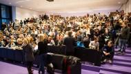 Soll künftig der Vergangenheit angehören: Öde Massenvorlesungen in überfüllten Hörsälen, wie hier in Frankfurt, werden durch individualisierte Lernangebote überflüssig.