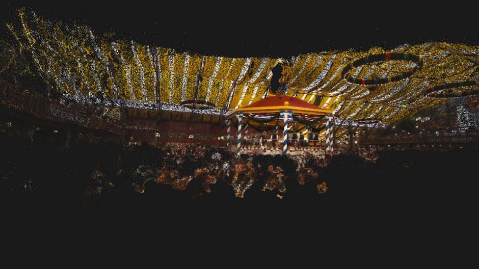 So sieht das Schützenfestzelt auf dem Münchner Oktoberfest in der Erinnerung ungezählter Selfies aus.