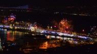 Feuerwerk über dem Bosporus: die Silvesternacht in Istanbul