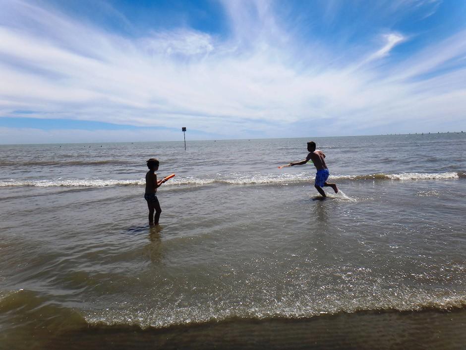 Die Stunden verbringt das Kind im Wasser, unterbrochen von gelegentlichen, elterlich verordneten Pausen.