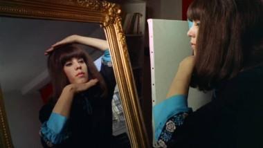 """Nur mit Gewalt passt diese Frau in einen alten Rahmen: Screenshot aus dem Film """"Das Portrait"""" von May Spils."""