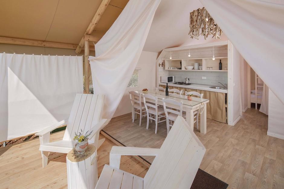 Bei geöffnetem Zelteingang wird man als Glamper mitsamt Zelt schnell zur Campingplatz-Attraktion.