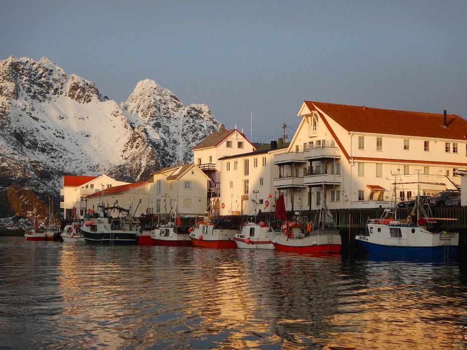 Im Sommer dümpeln im Hafen von Henningsvær sechs, sieben Kutter herum. Jetzt sind es zwei bis drei Dutzend, die sich zum touristischen Postkartenblick gruppieren.
