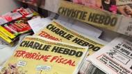 """Ausgaben der """"Charlie Hebdo"""" in einem Kiosk"""