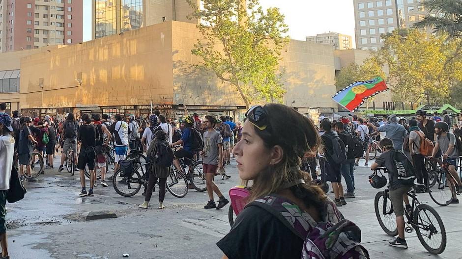 Alltäglicher Ausnahmezustand: Junge Demonstrantinnen und Demonstranten in Santiago de Chile