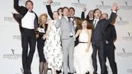 """Begeisterung hinter der Bühne: Die Preisträger feiern den International Emmy für """"Unsere Mütter, unsere Väter"""""""