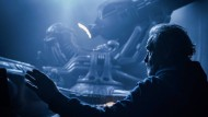 """Auch Überreste des uralt Bösen zeigt er als Nachrichten von Künftigem: Ridley Scott beim Dreh von """"Alien: Covenant""""."""
