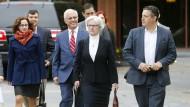 """Die Autorin Sabrina Rubin Erdely (links) und der stellvertretende Chefredakteur des """"Rolling Stone"""", Sean Woods (rechts), auf dem Weg ins Gericht."""