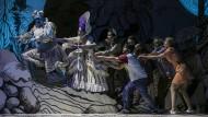Äolus ((Selcuk Hakan Tirasoglu, ganz links) sorgt auf Geheiß von Juno (Maria-Magdalena Fleck, neben ihm) für den Wind der Befreiung für die Opfer eines Menschenhändlers: Sara-Maria Saalmann, Onur Abaci, Anna Pisareva, Brent L. Damkier, Vera Semeniuk (von links)